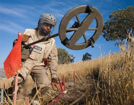 Date: 2019 Description: A MAG deminer conducts manual demining in Iraq. © Photo courtesy of MAG
