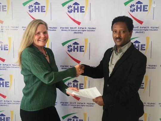 Jeri Jensen of the Miller Center for Entrepreneurship at Santa Clara University signs an MOU with Zelalem Assefa of MoSHE.