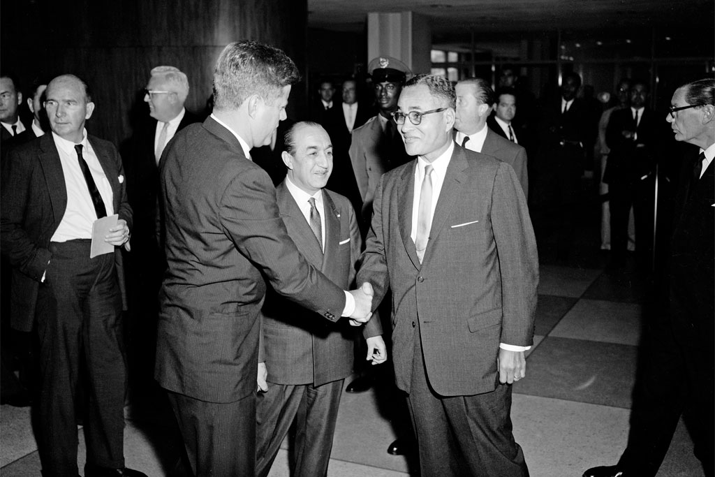 Bunche shakes hands with President Kennedy at UN headquarters in 1963.
