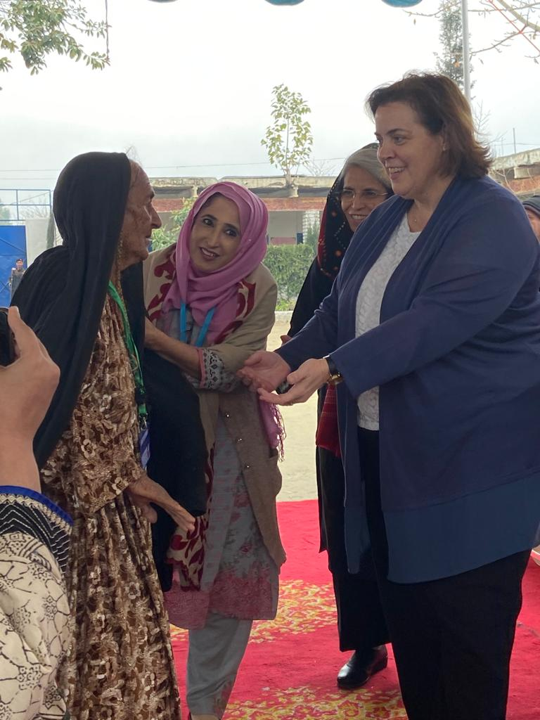 Acting Assistant Secretary Thompson O'Connell visits a U.S government funded World Health Organization project. (Credit: U.S. Embassy Islamabad Public Affairs Section)