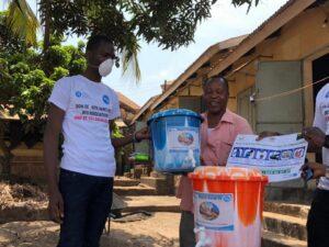 The YALI RLC West Africa-Dakar Alumni Association of Guinea distributing hand washing kits in Dabompa Plateau. / Association des Alumni CRL YALI Dakar — Guinée