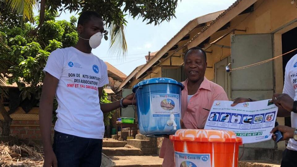 The YALI RLC West Africa-Dakar Alumni Association of Guinea distributing hand washing kits in Dabompa Plateau. / Association des Alumni CRL YALI Dakar — Guinée