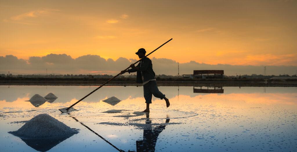 Fisherman sweeping (Photo Credit: Pexels, Quang Nguyen Vinh)