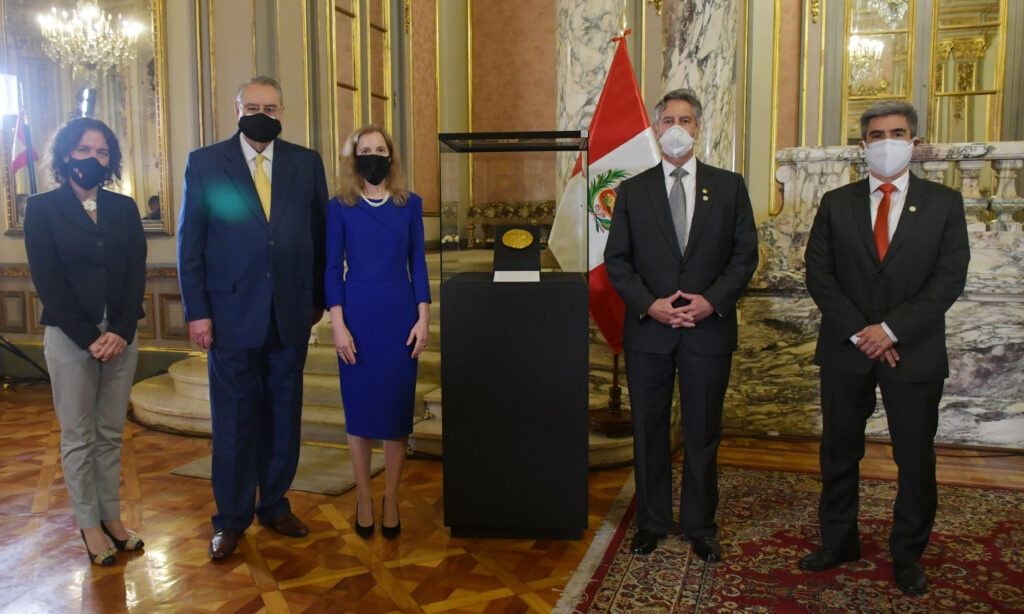 Ambassador Lisa Kenna, third from left, and then-President Francisco Sagasti, second from right, flank the Echenique Disc at its official presentation at Lima's presidential palace in June. [U.S. Embassy Lima photo]